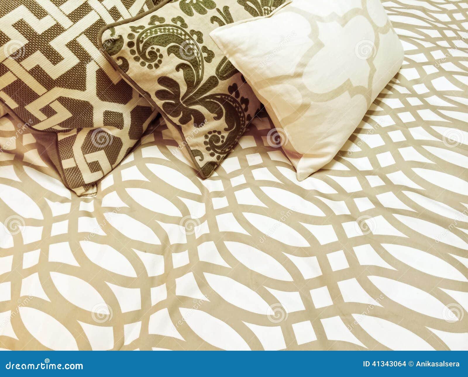 dekorative kissen auf einem bett stockfoto bild 41343064. Black Bedroom Furniture Sets. Home Design Ideas