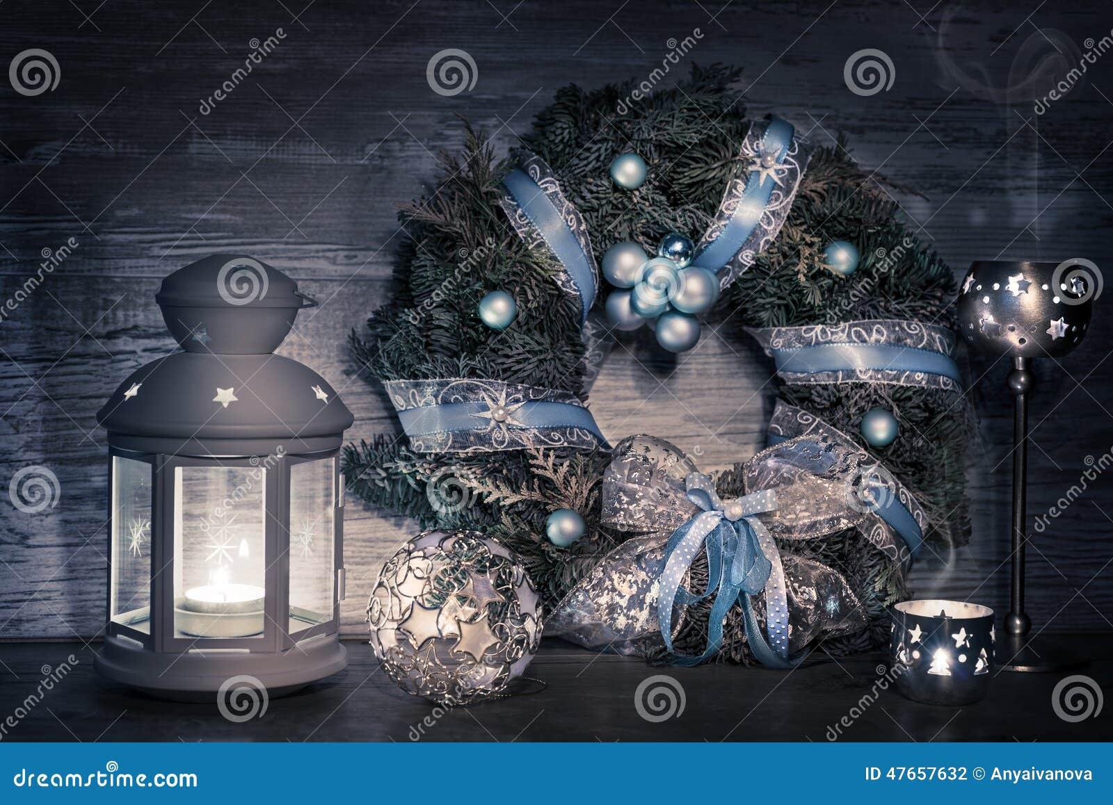 Dekorative Laterne Kerzen Und Weihnachtskranz Stockfoto Bild Von
