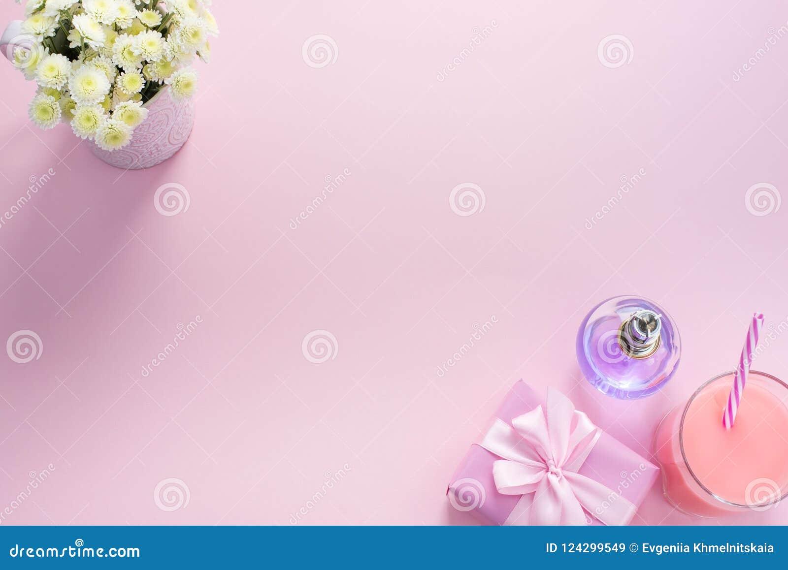 Dekorativer Zusammensetzungsebenen-Lagesatz Einzelteile blüht Draufsicht-Kopienraum des Parfümcocktailgeschenks