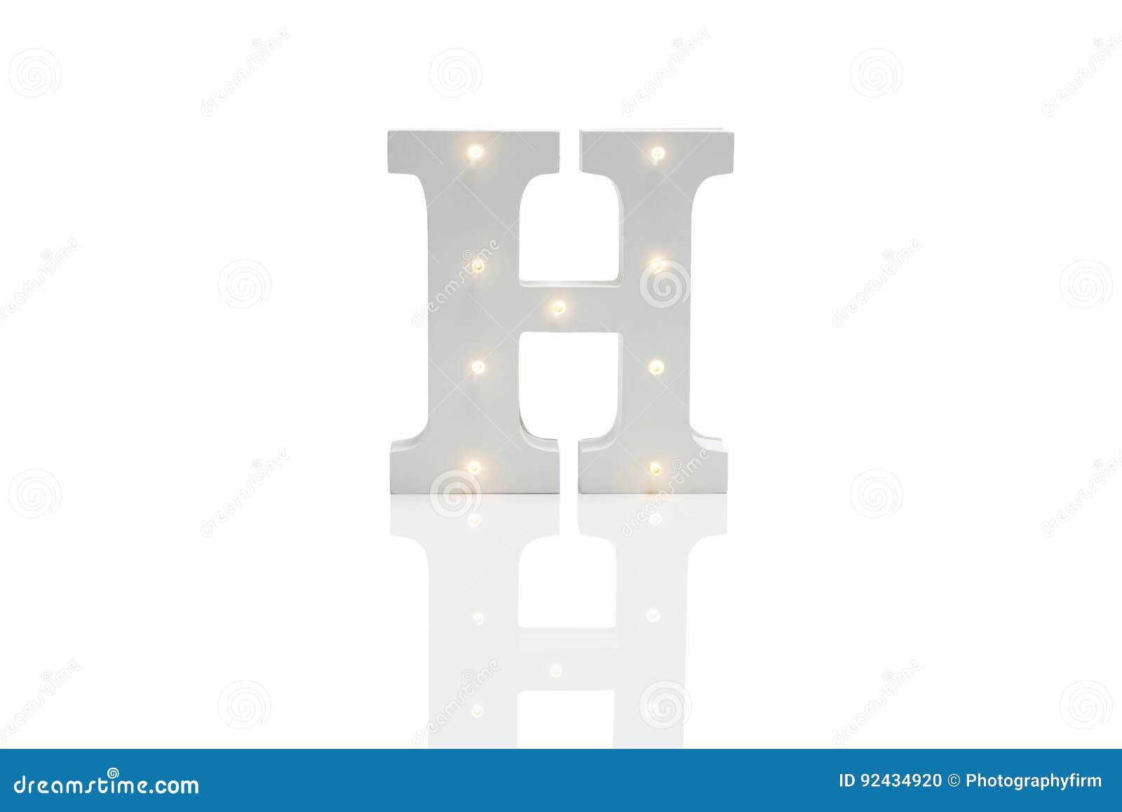 Dekorativt bokstavsH med inbäddade LEDDE ljus över vita Backgrou