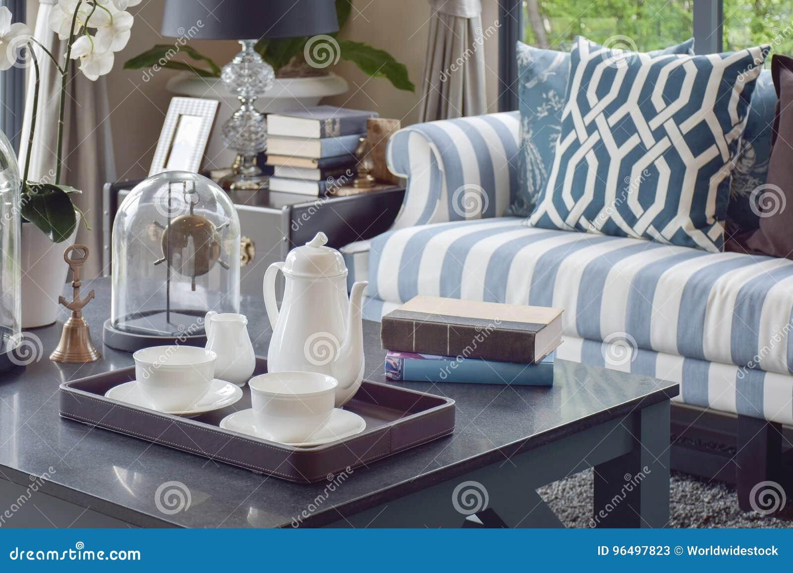 Dekorativt magasin av tekoppen på trätabellen i lyxig vardagsrum