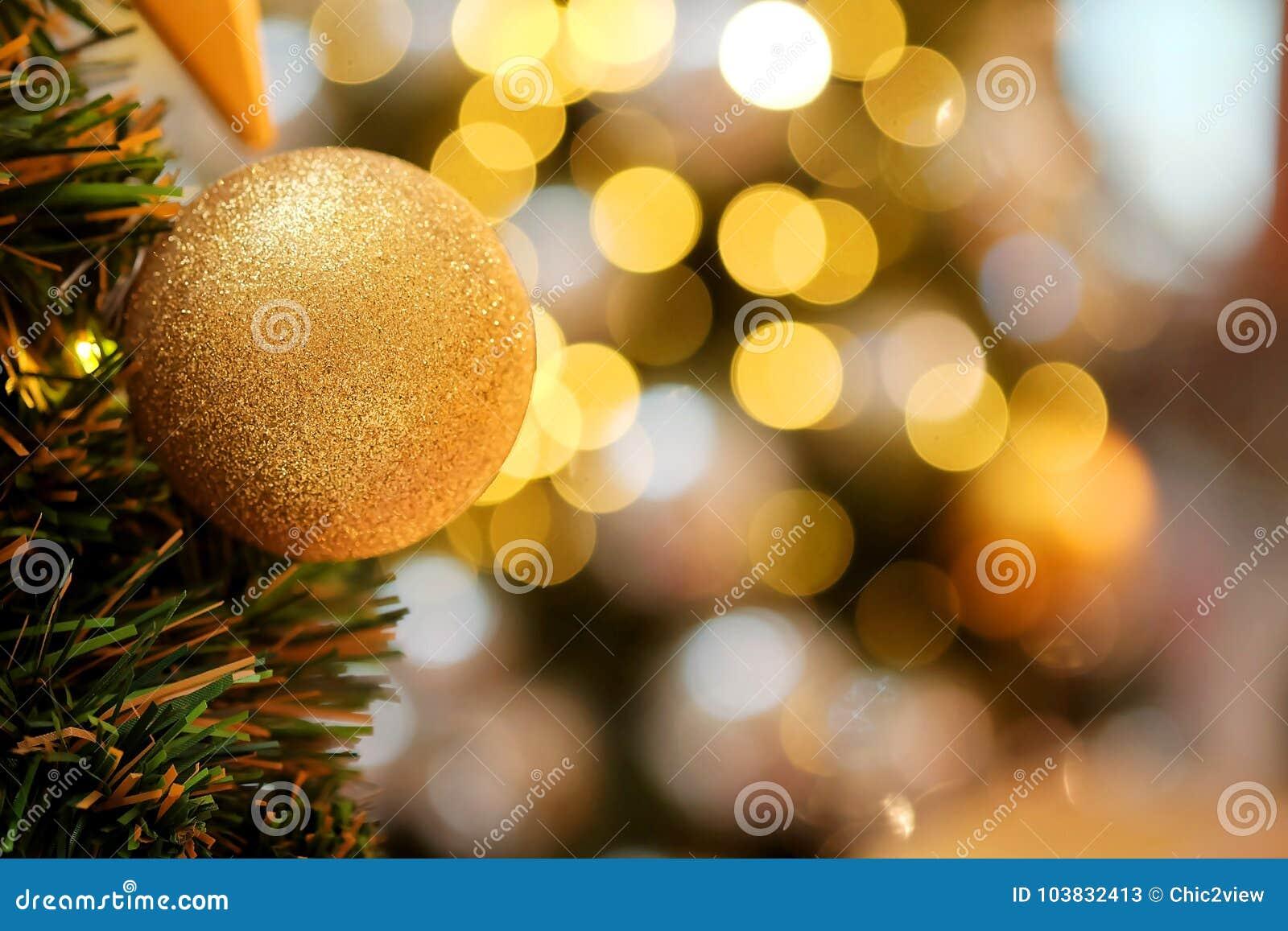 Dekorativt med spegelbollen eller jul klumpa ihop sig för glad jul och lyckliga nya år festival med bokehbakgrund