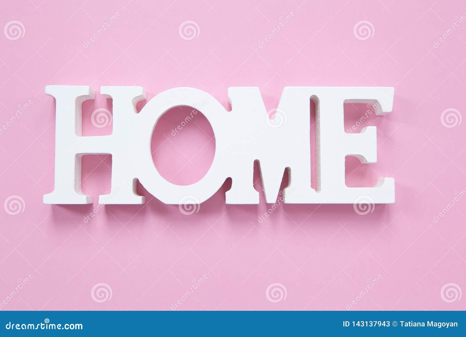 Dekorativt ordhem på en millennial rosa bakgrund Begrepp av hem- komfort, romans Horisontal formatera