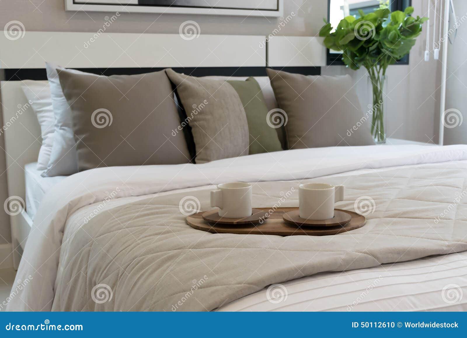 Dekorativt trämagasin på säng