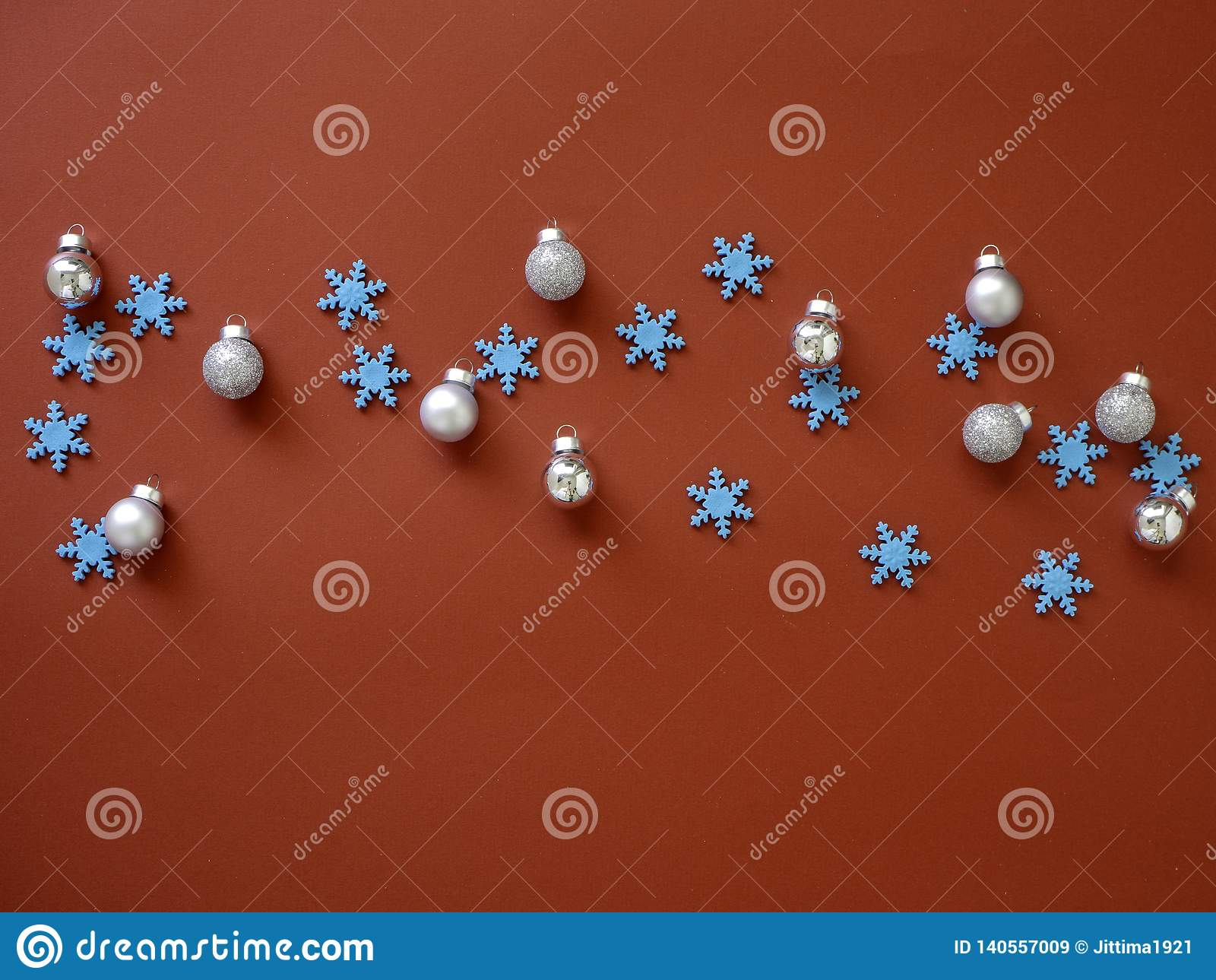 Dekorera jul och det nya året på röd bakgrund