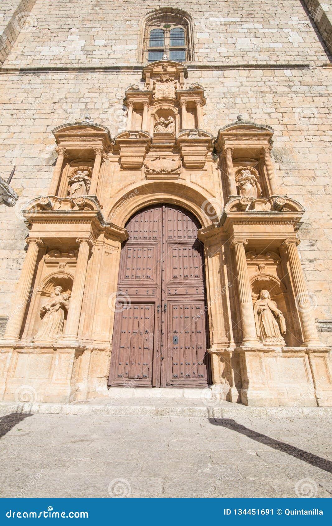Dekorerad dörr av församlingen Santa Ana i Penaranda de Duero