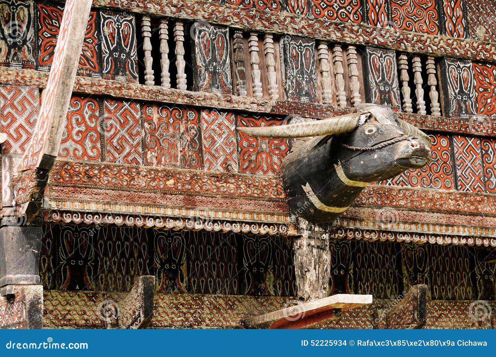Dekorerad fasad av det traditionella huset av folk som bor i ...