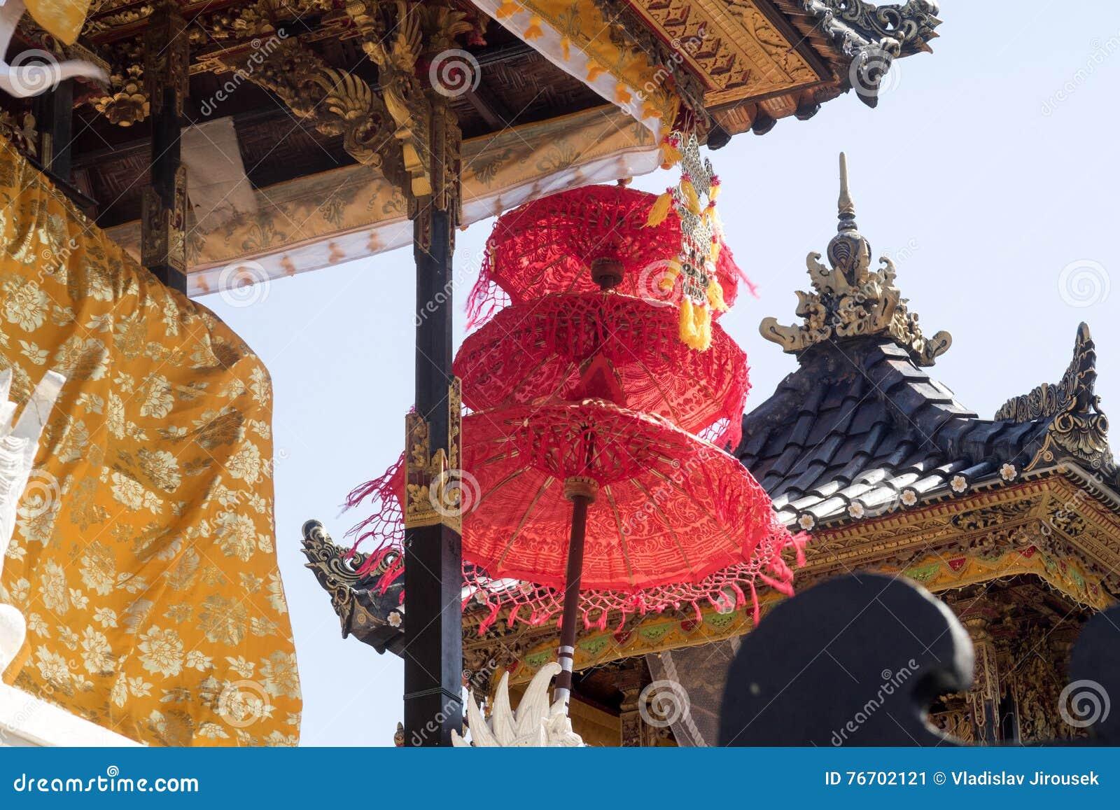 Dekorerad hinduisk tempel, Nusa Penida, Indonesien