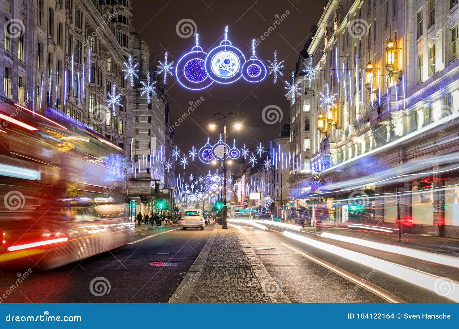 Dekorujący highstreet z bożonarodzeniowe światła w Londyn