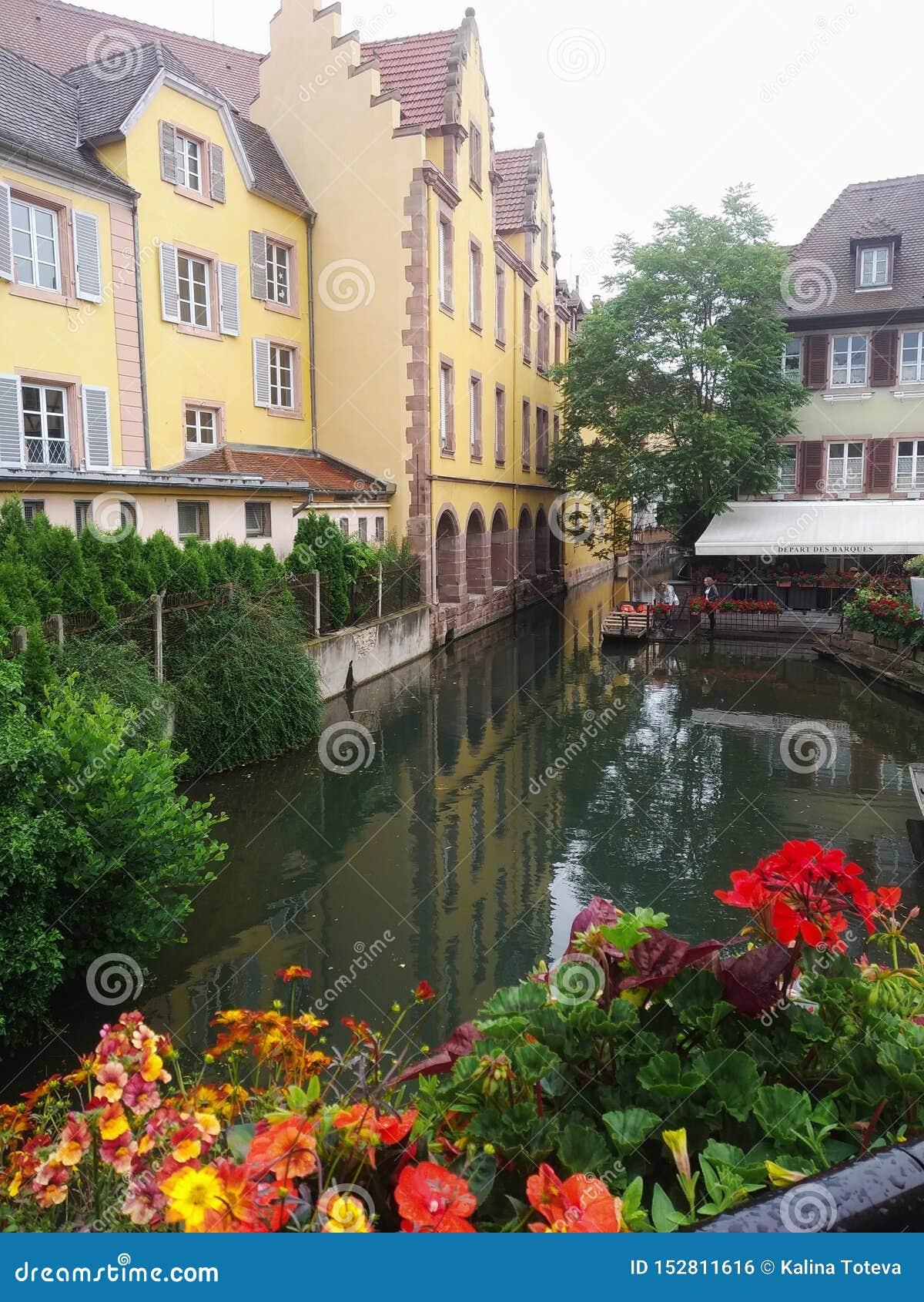 Dekorujący z kwiatów kanałami Mały Wenecja, Colmar Alsace, Francja