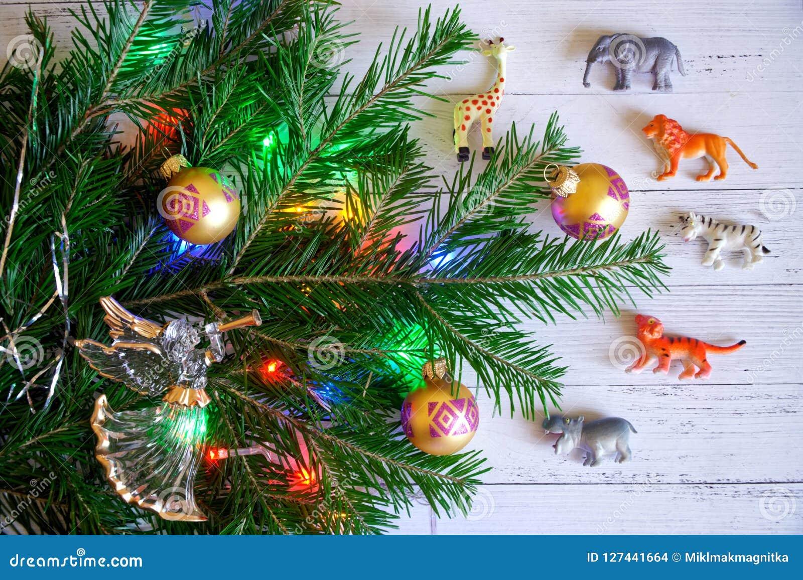 Dekorujący z zabawkami i światłami, gałąź nowego roku drzewa ne