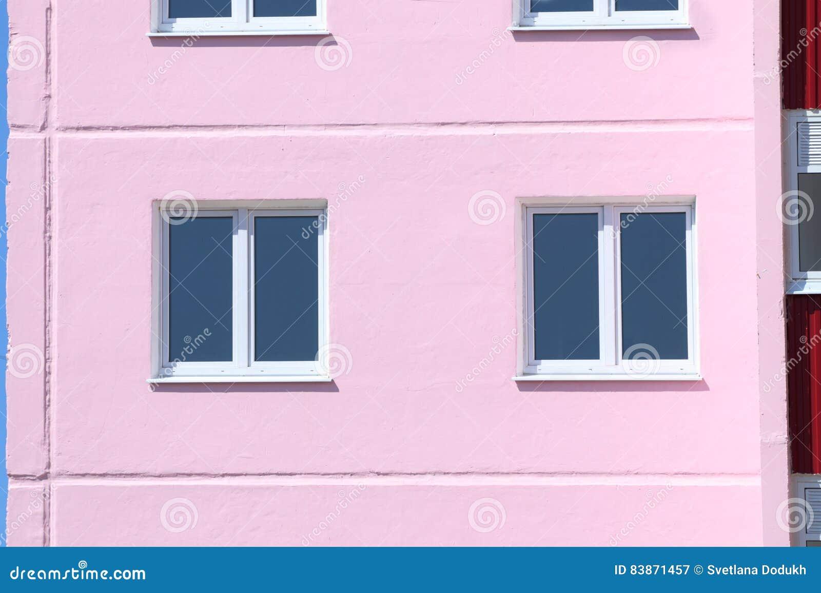 Del av bostads- byggnad med fönster med dubbel glazi