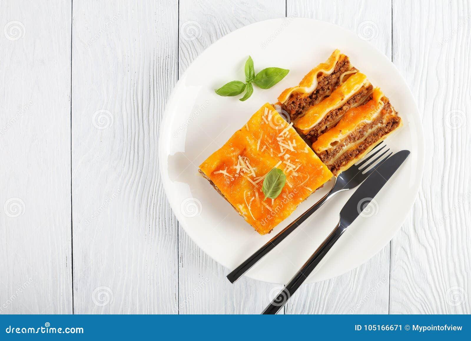 Del av smakliga lasagner på plattan