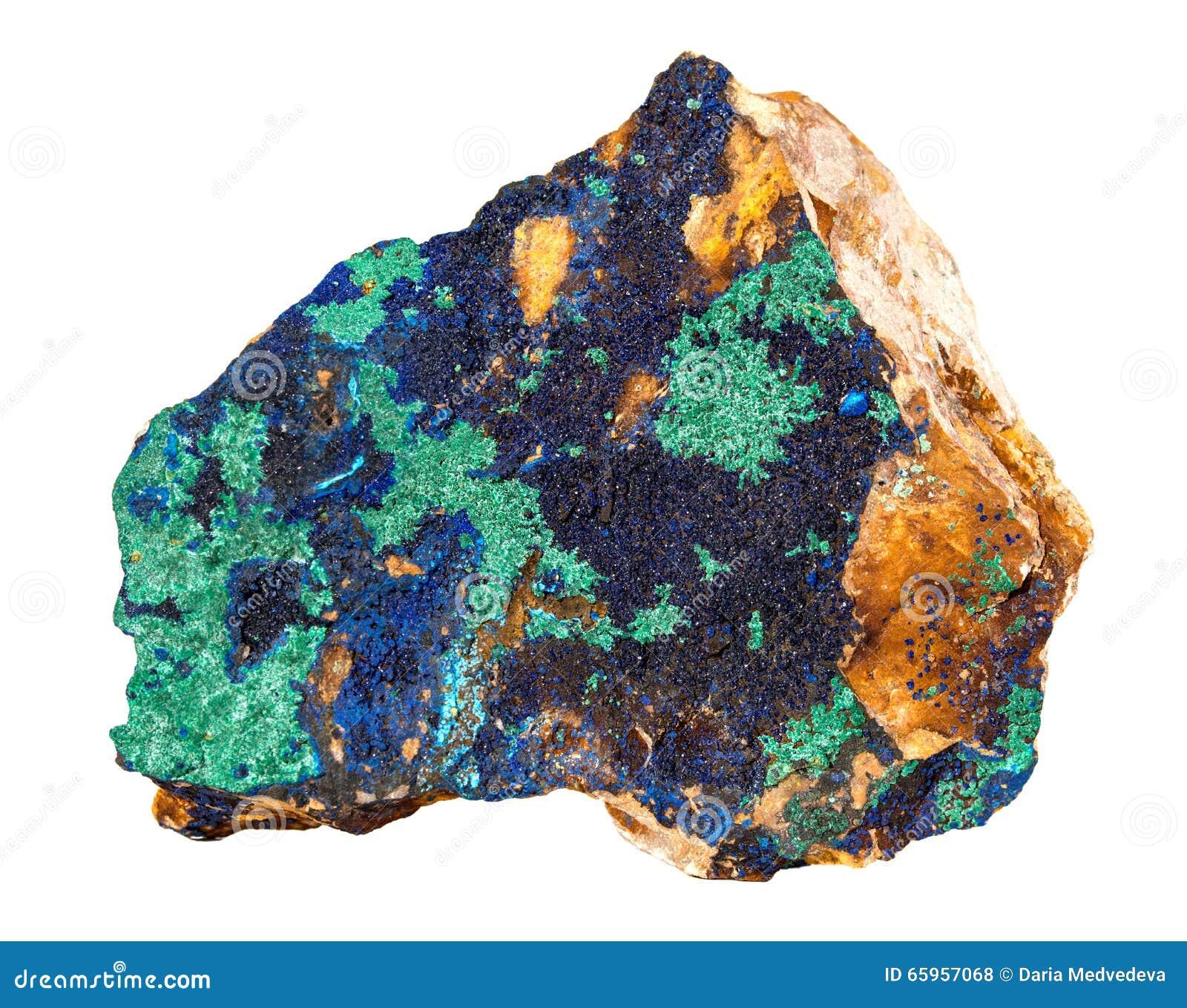Del Azurite azul profundamente con la roca mineral de cobre verde aislada en el fondo blanco