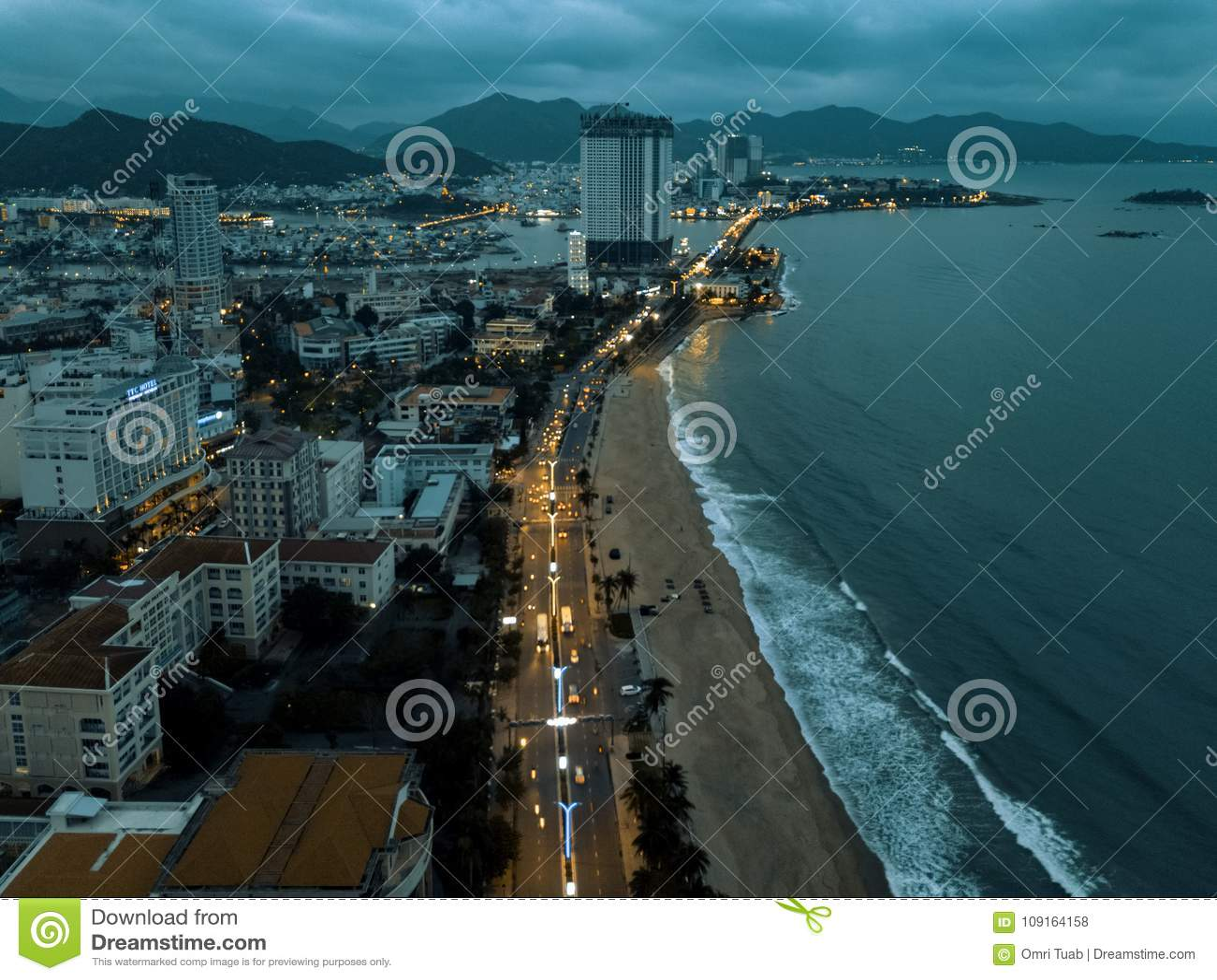Del fuco vista vicino della città e della spiaggia