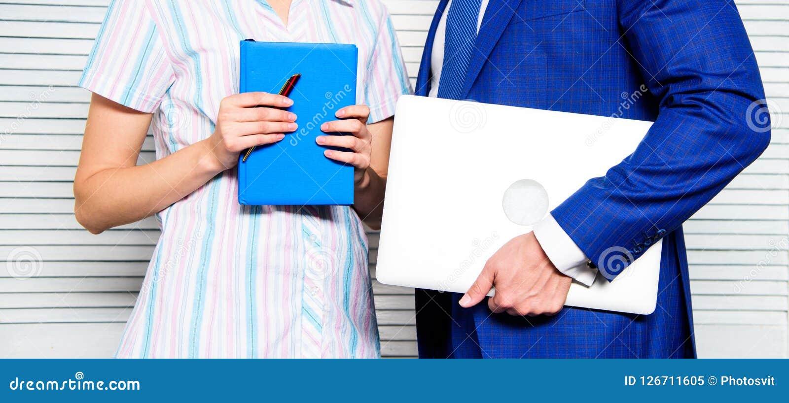 Del ordenador portátil libreta en lugar de otro con la pluma Anticuado contra moderno Artilugio moderno de la tecnología a dispos