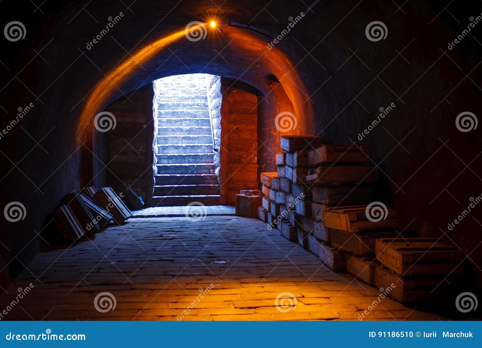 Del sótano imagen militar arriba de un sótano militar con las pilas de cajas militares viejas de la munición y arriba con