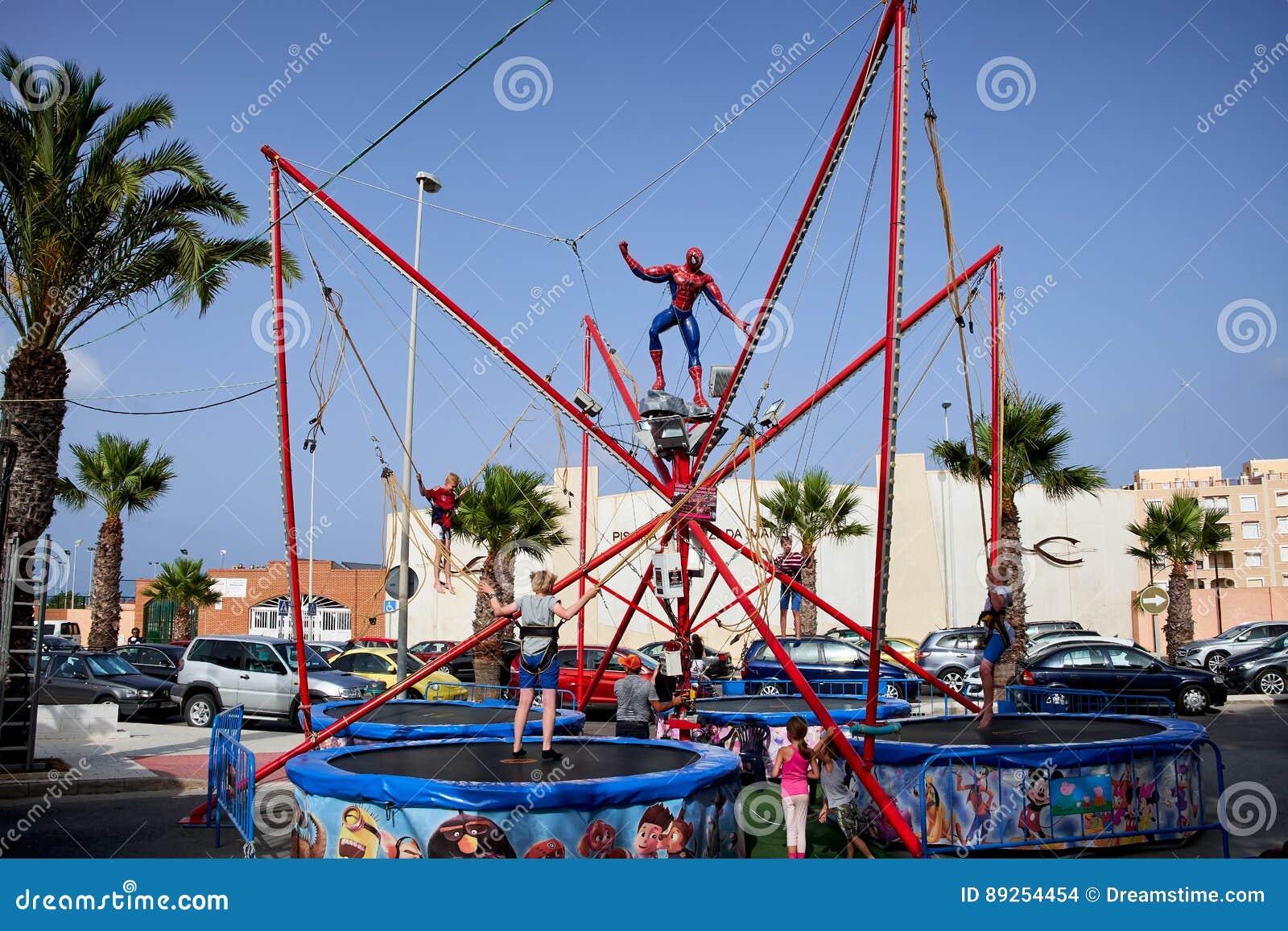 Del Segura, Spagna di Guardamar - 26 giugno 2016: I bambini nel parco di divertimenti saltano su sul trampolino