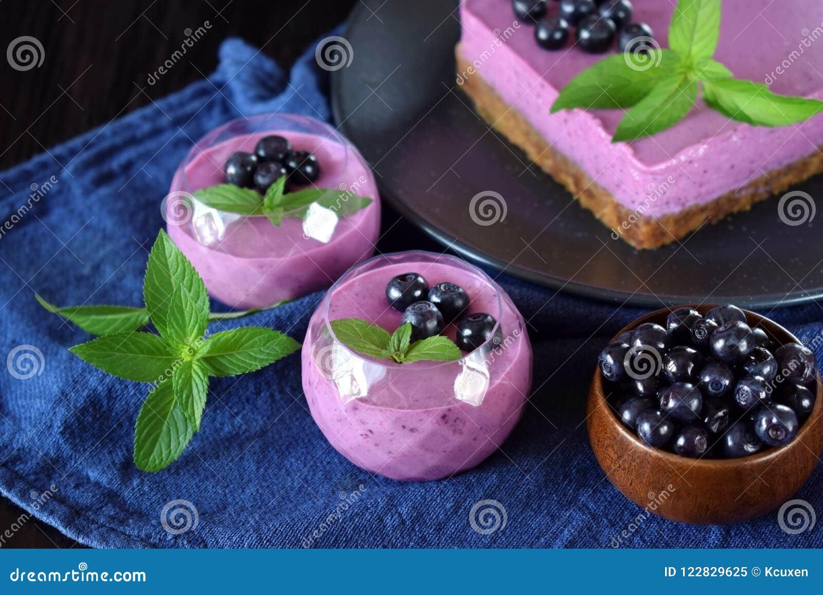 Delar av den bärmousseefterrätten och kakan