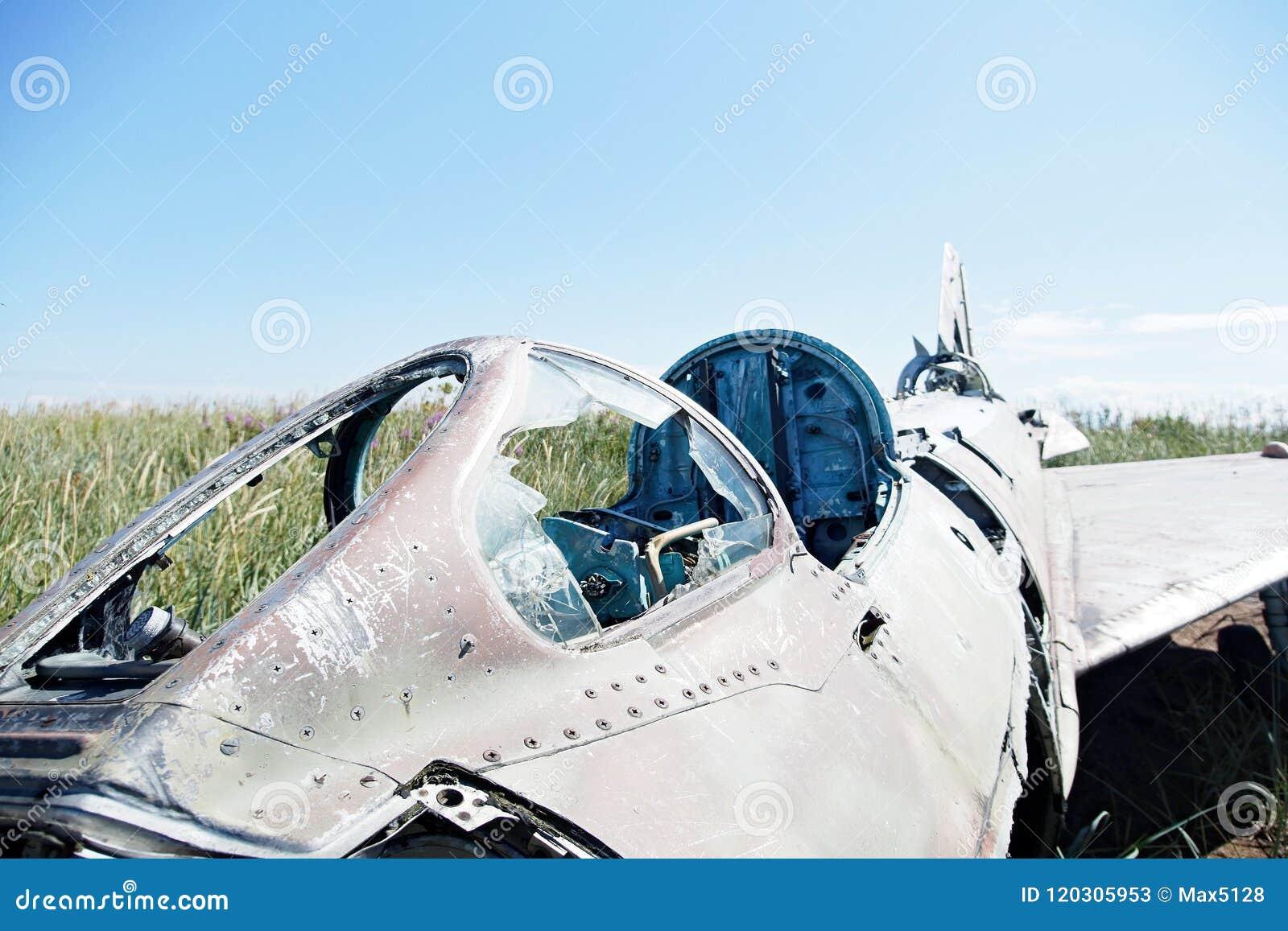 Delar av kraschat flygplan på en naturlig bakgrund av vegetation