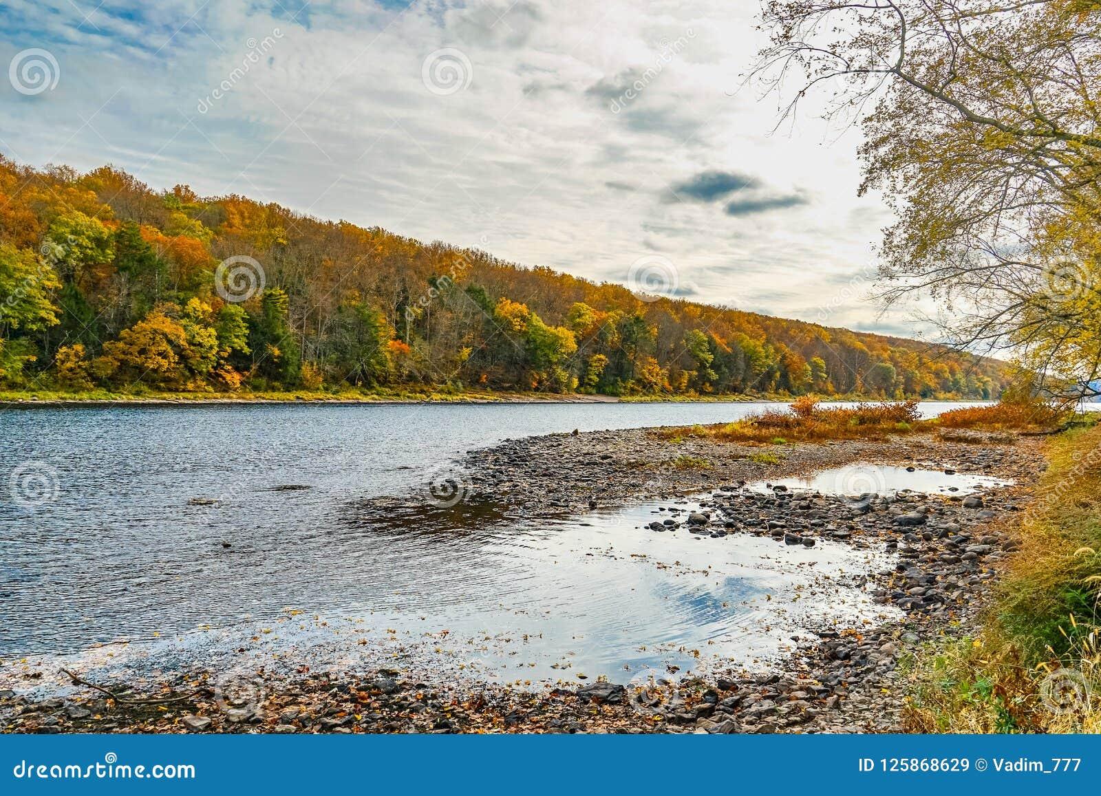 Delaware River nära den Dingmans färjabron i de Poconos bergen, Pennsylvania, USA