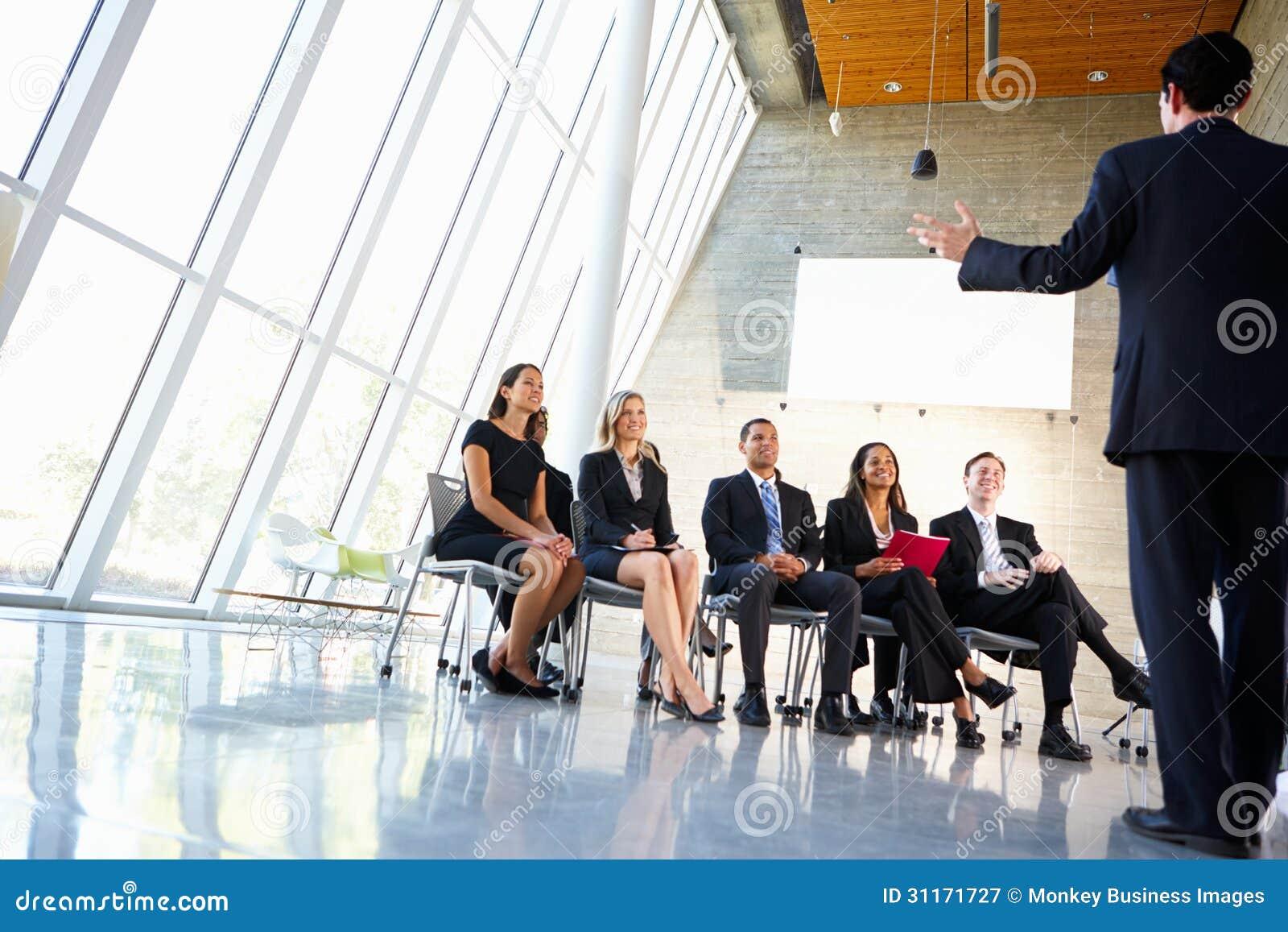 Delegaci Słucha mówca