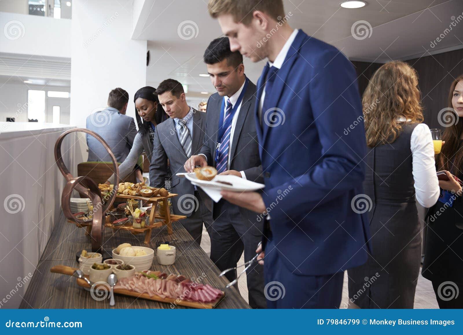 Delegados no bufete do almoço durante a ruptura da conferência