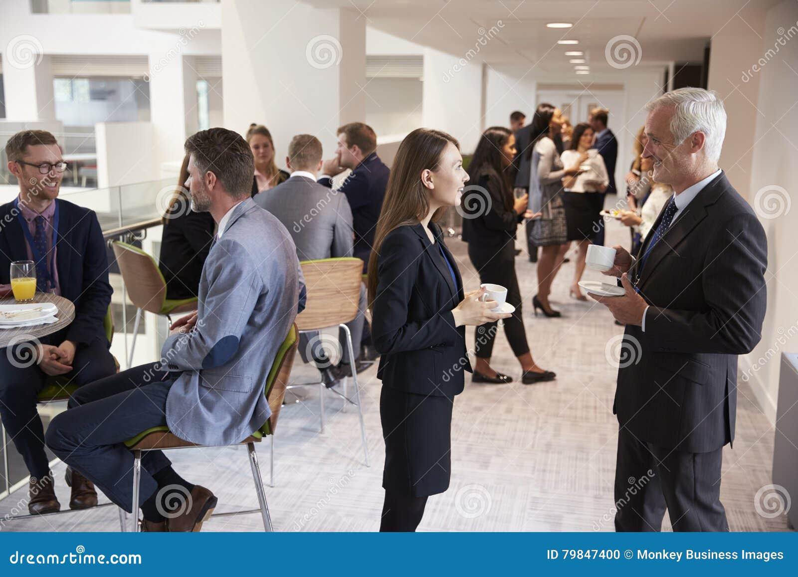 Delegater som knyter kontakt under kaffeavbrott på konferensen