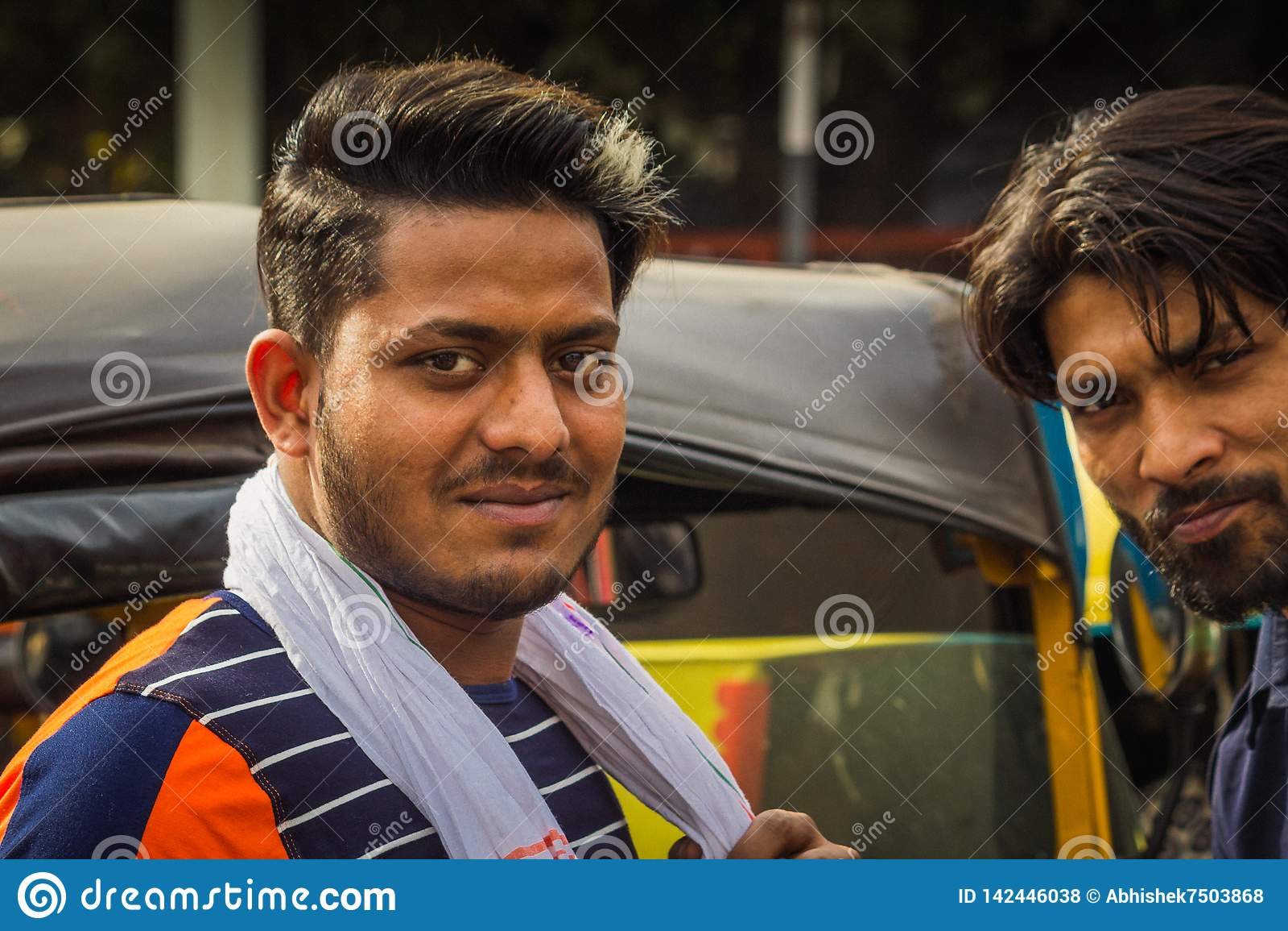 Delhi, India - Maart 19, 2019: Het Indische autotempo van de riksjadriewieler, de mens van de taxibestuurder