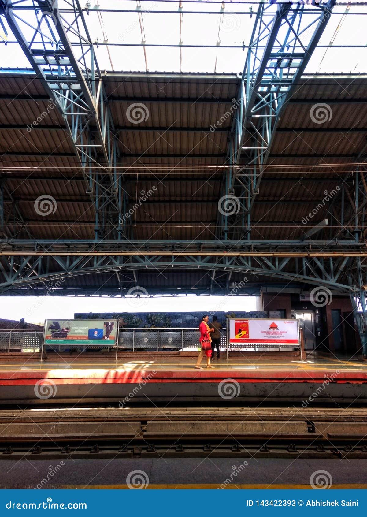 Delhi, la India - 29 de marzo de 2019: La gente espera el tren del metro en la estación de la puerta del kashmiri delhi