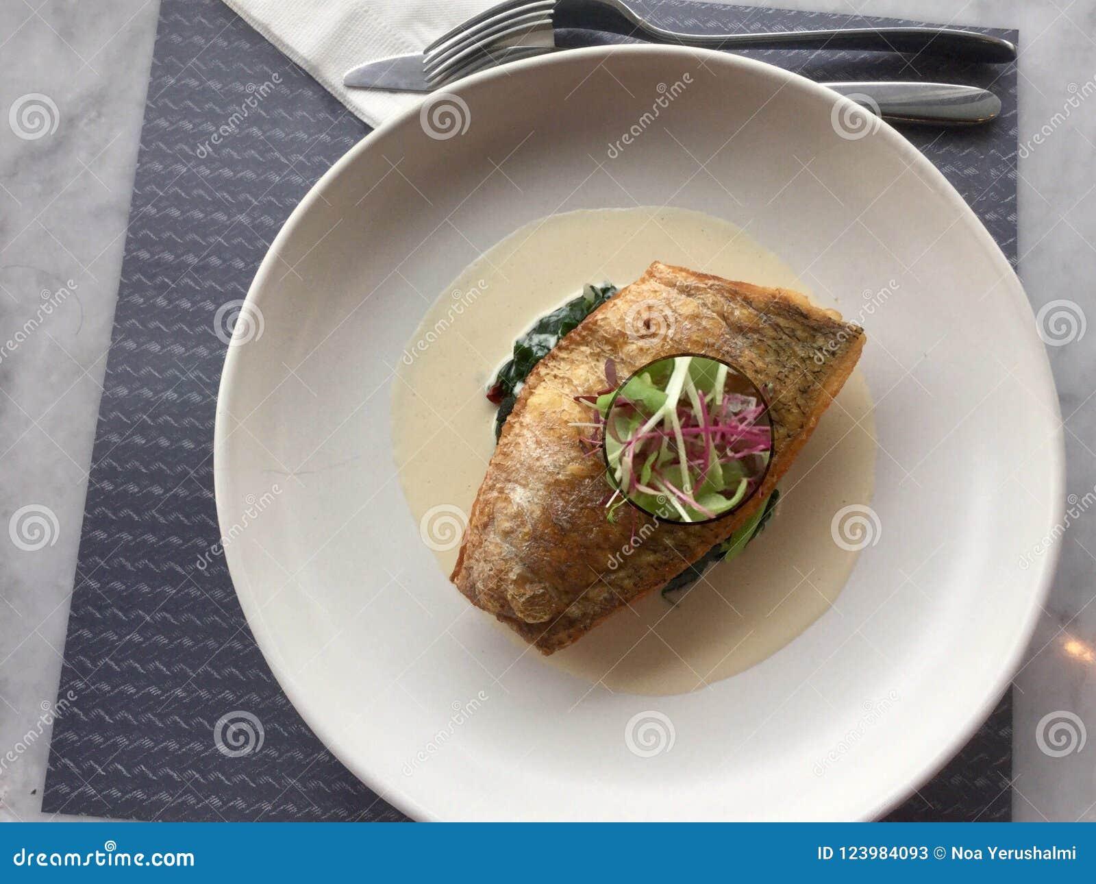 Delicacy peixes em espinafres clássico do badejo