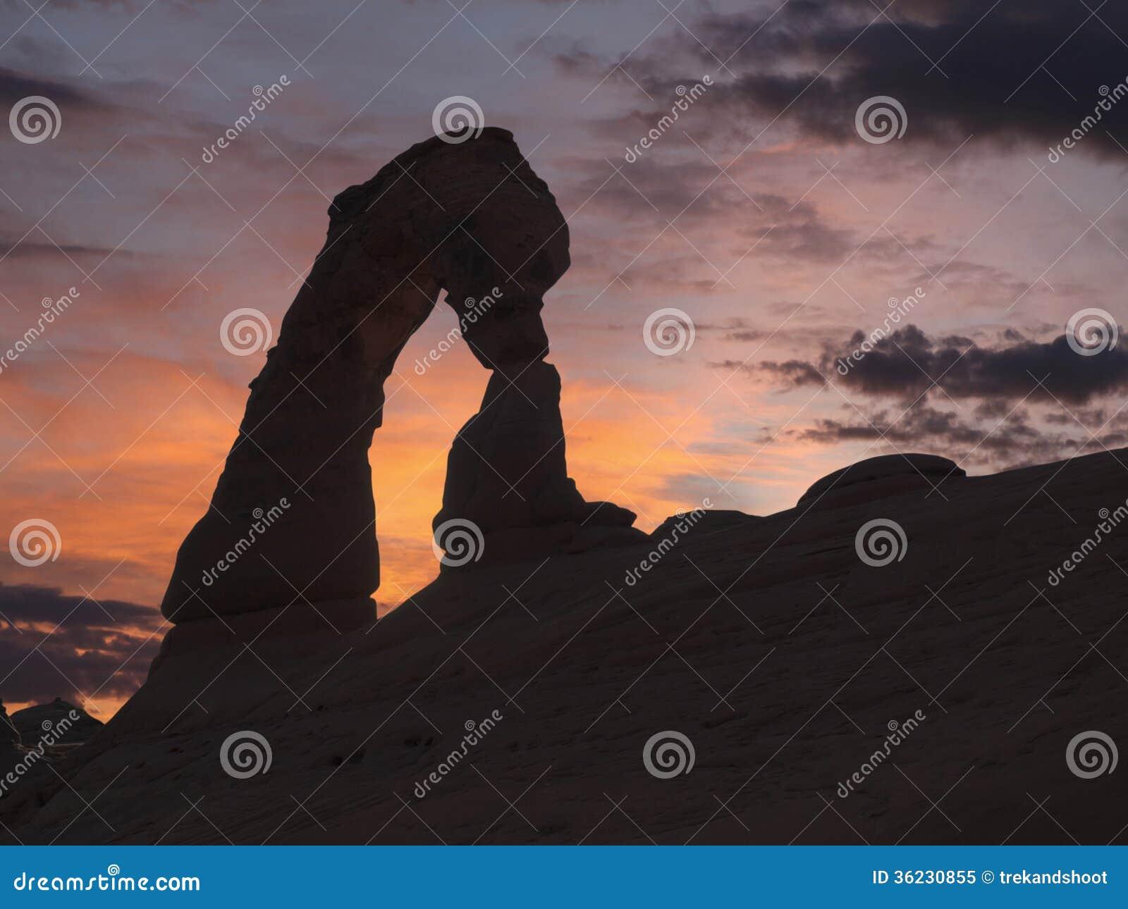 Delikatny Łękowaty zmierzch przy łuku parkiem narodowym