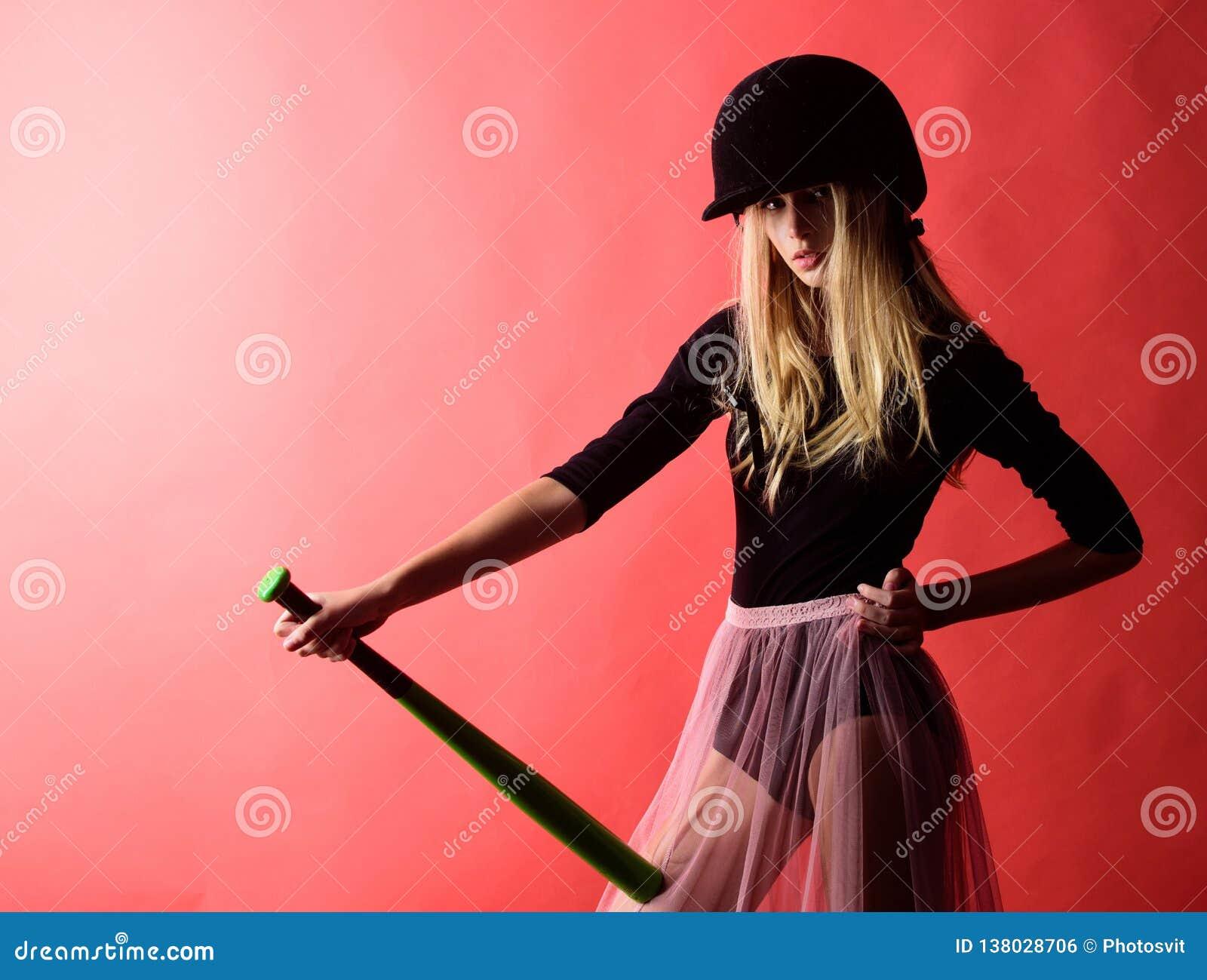 Delikatny ale trafnie Kopie daleko Skupiający się na rezultacie Kobieta cieszy się sztuka baseballa grę Dziewczyny blondynki odzi
