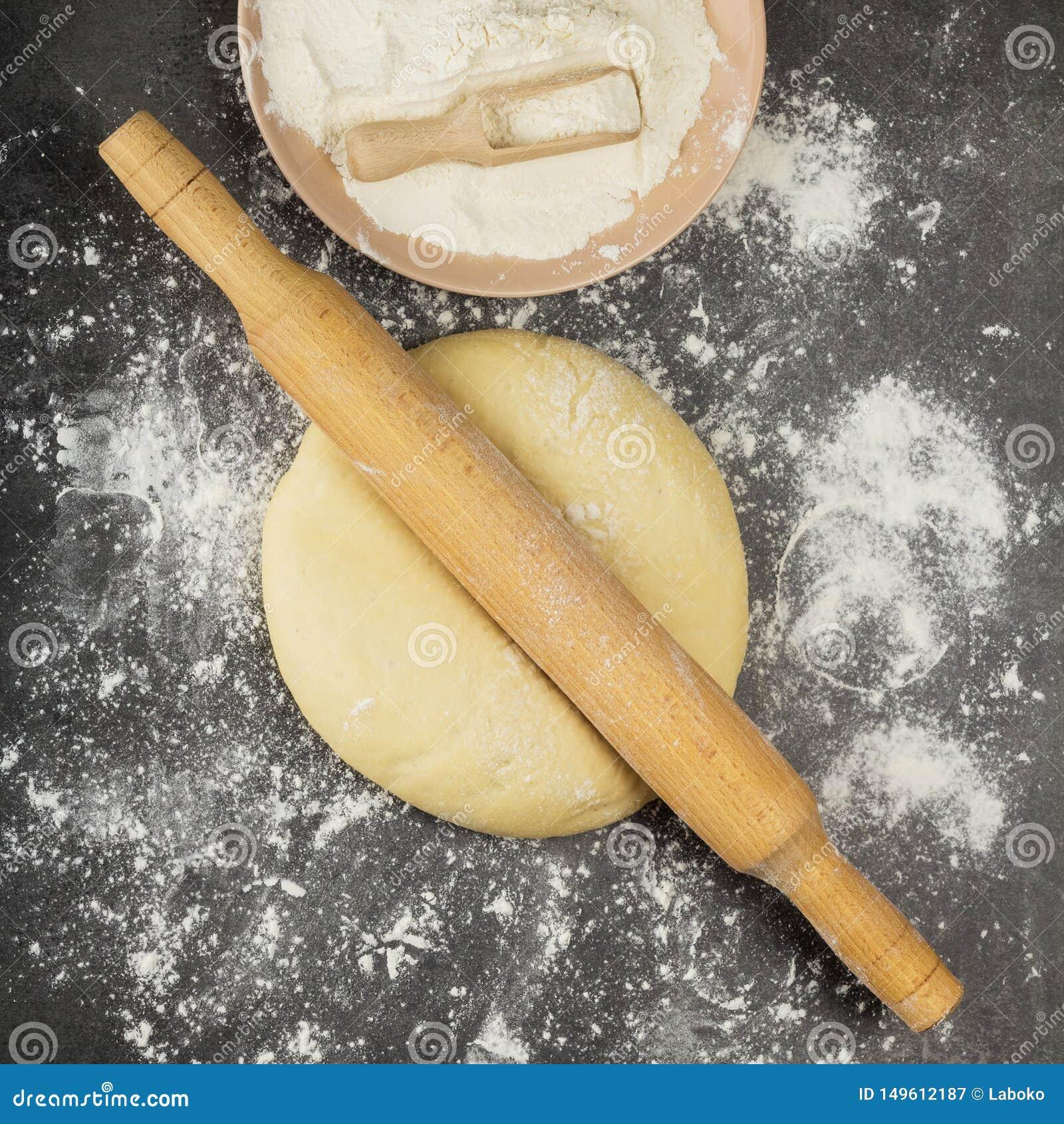 Delikatny drożdżowy ciasto dla kulebiaków, tocznej szpilki i mąki na szarości,