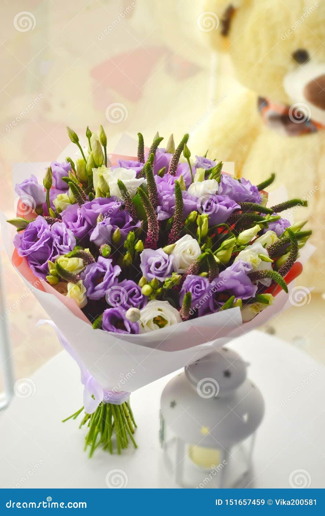 Delikatny lily bukiet z rosas