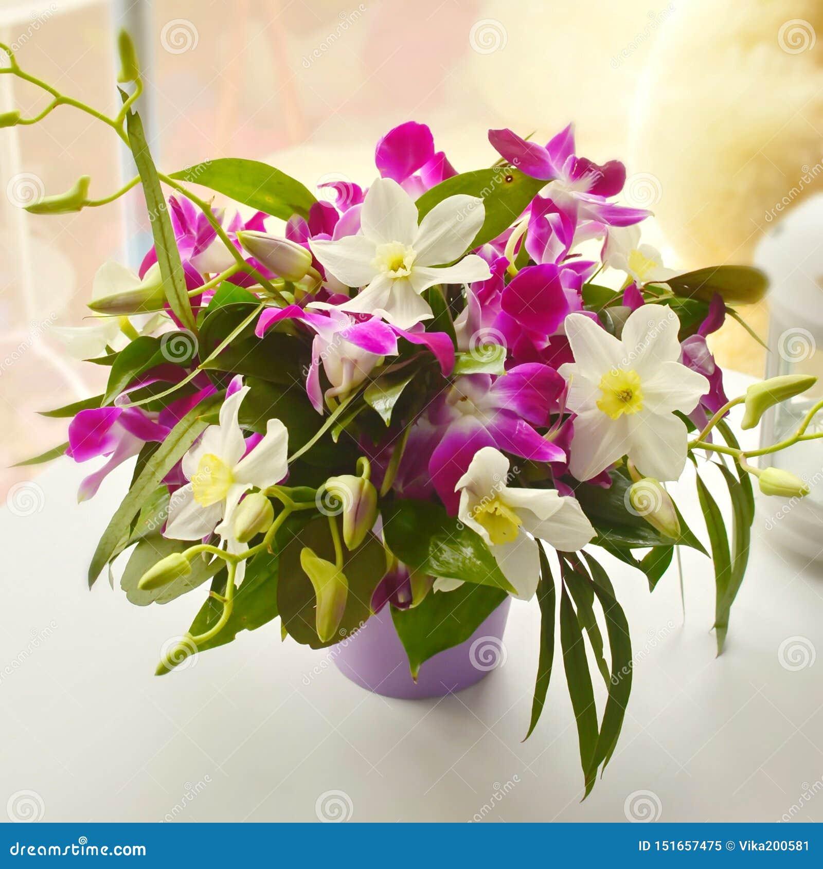 Delikatny lily bukiet z rumiankami