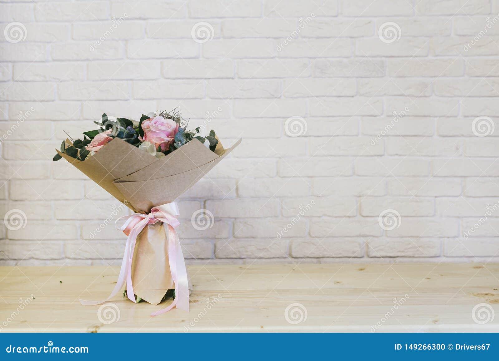 Delikatny pi?kny bukiet kwiaty zamkni?ci w g?r?