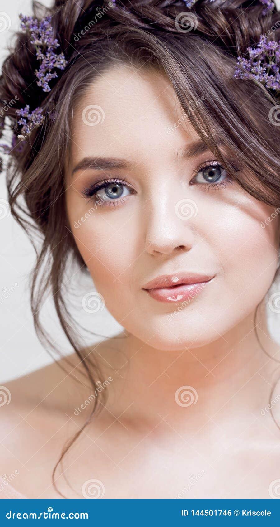 Delikatny portret piękna młoda kobieta z włosy z warkoczami