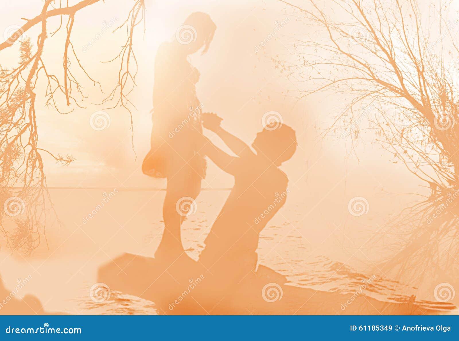 Delikatny romantyczny rendez-vous w ranek mgle