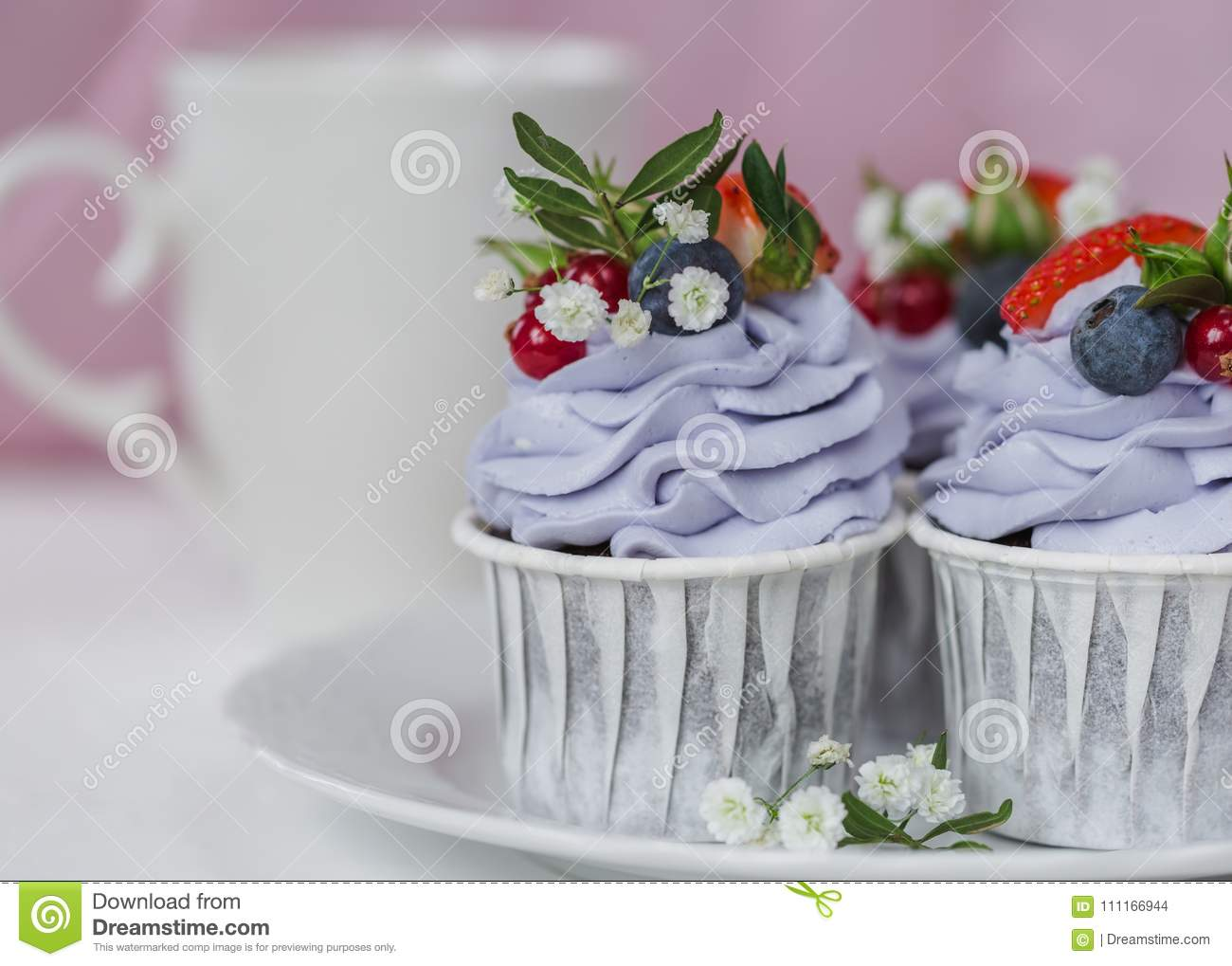 Cupcake with berries and mascarpone