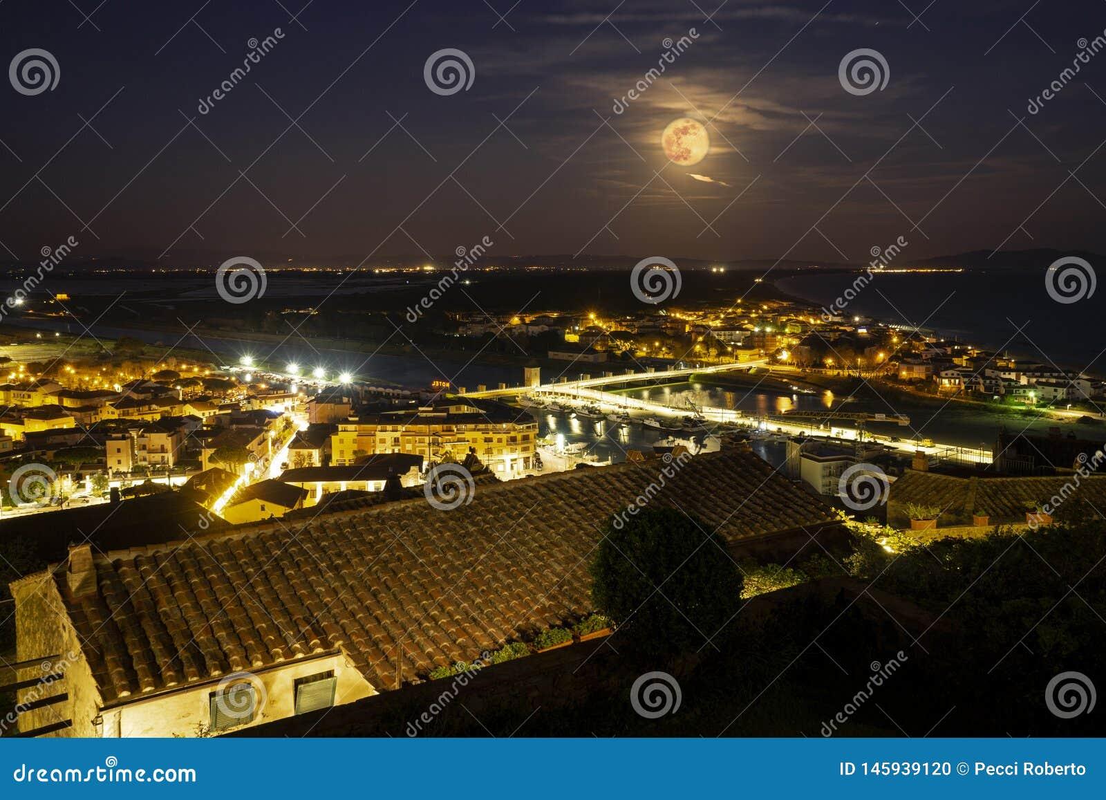 Della Pescaia, rosa Vollmondnacht, panoramisches Nachtbild Italiens Toskana Castiglione