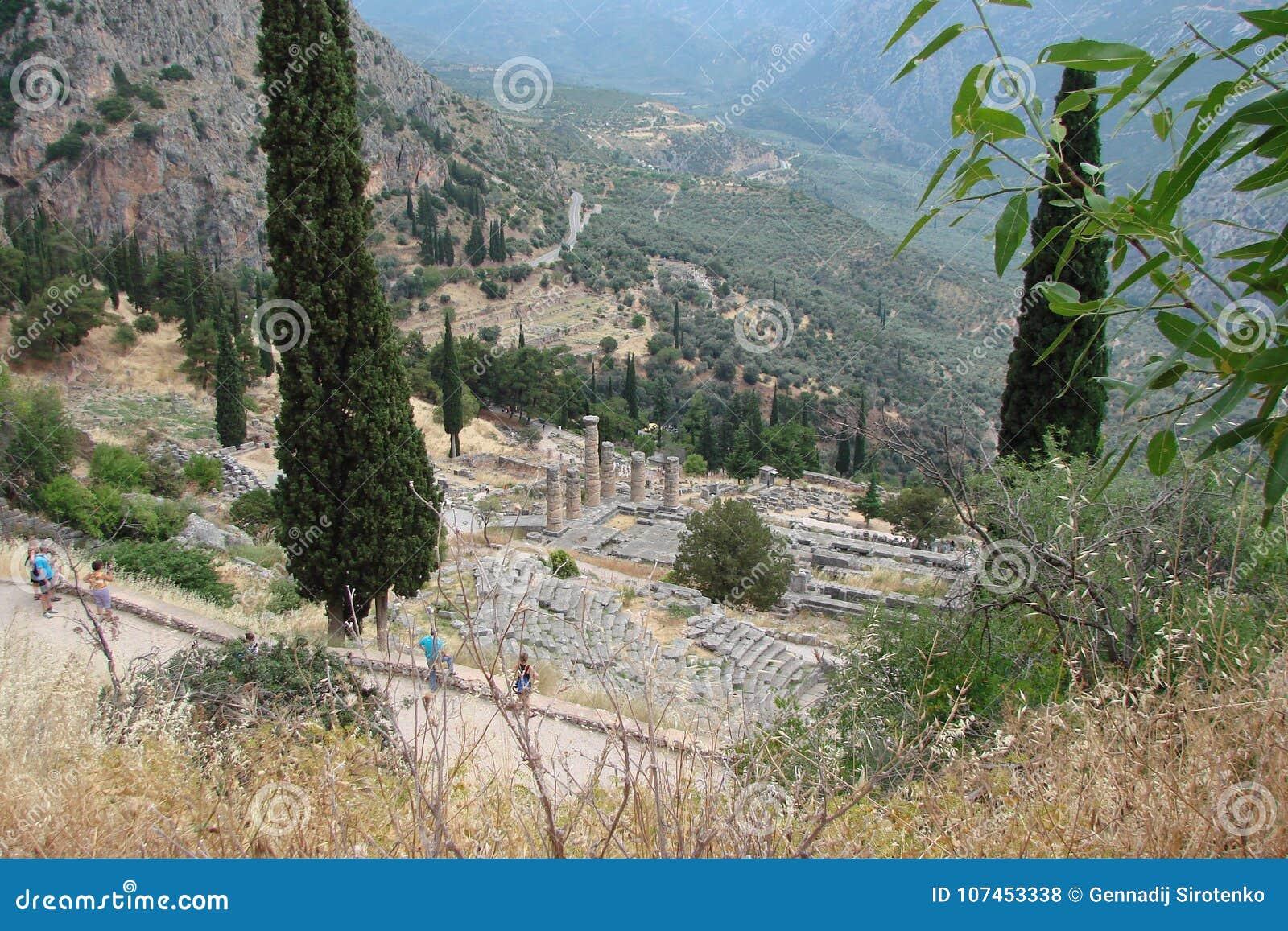 Delphi miasteczko Grecja 06 17 2014 Ruiny starożytny grek architektura blisko miasteczka Delphi w południe Grecja