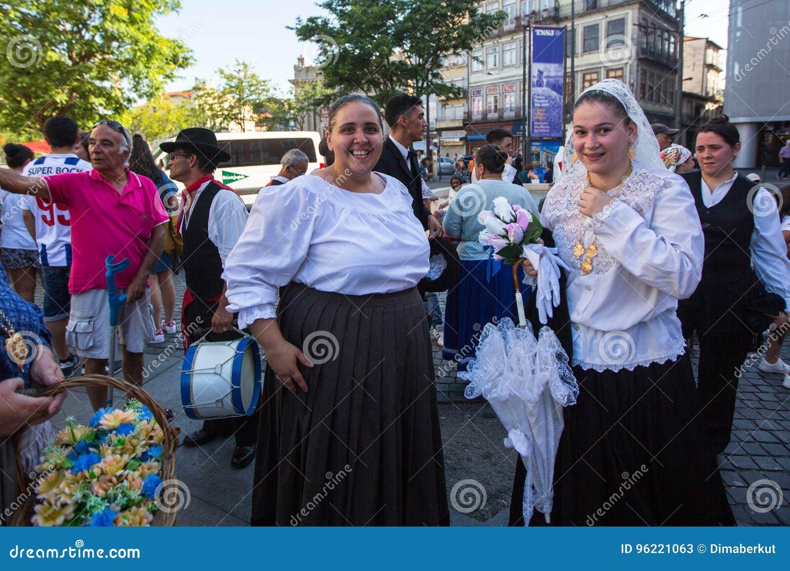 Deltagare av den Porto folklorefestivalen Festival de Folclore gör Orfeao gör Porto