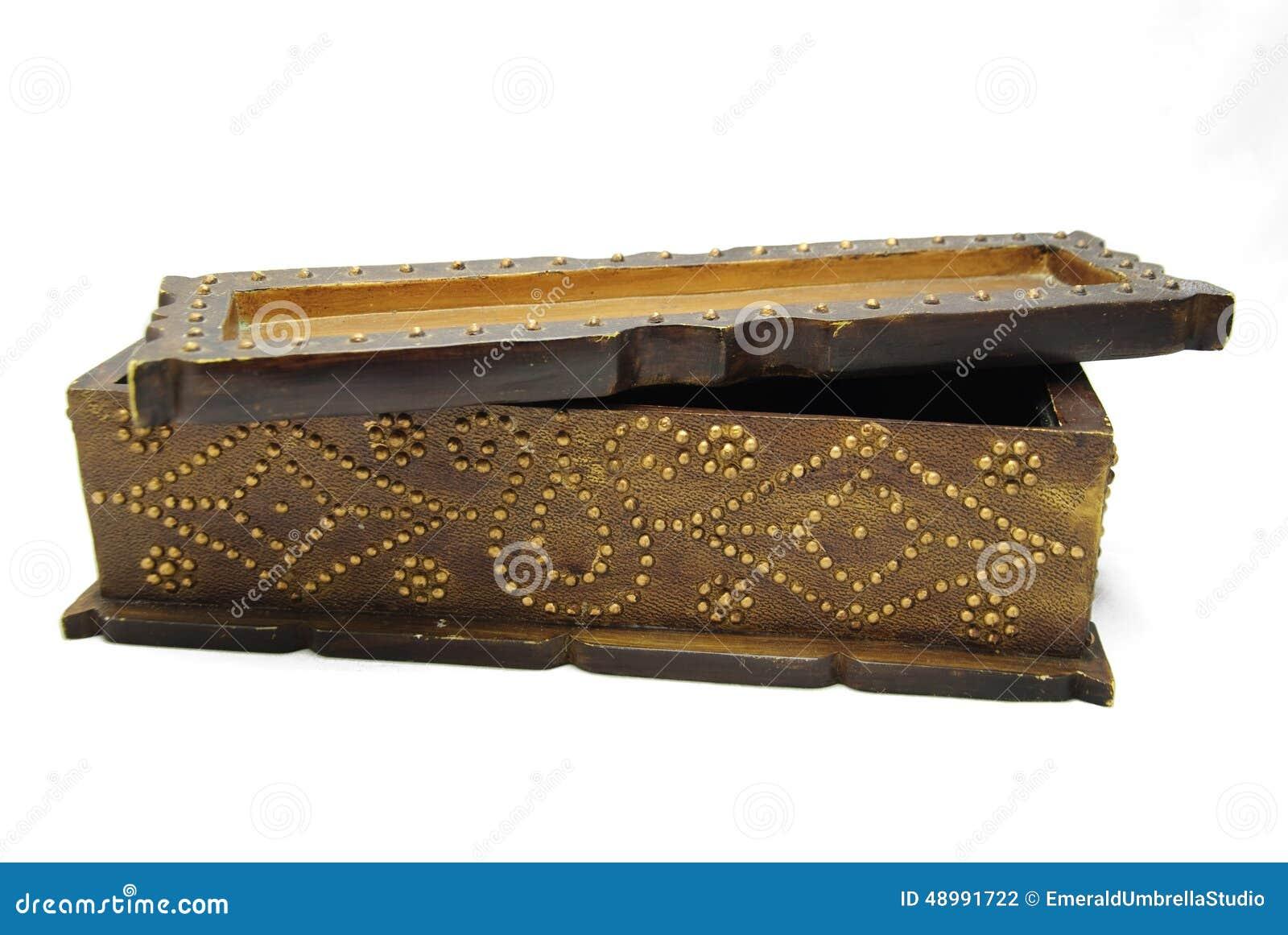 Delvist öppet utsmyckat sörjer asken