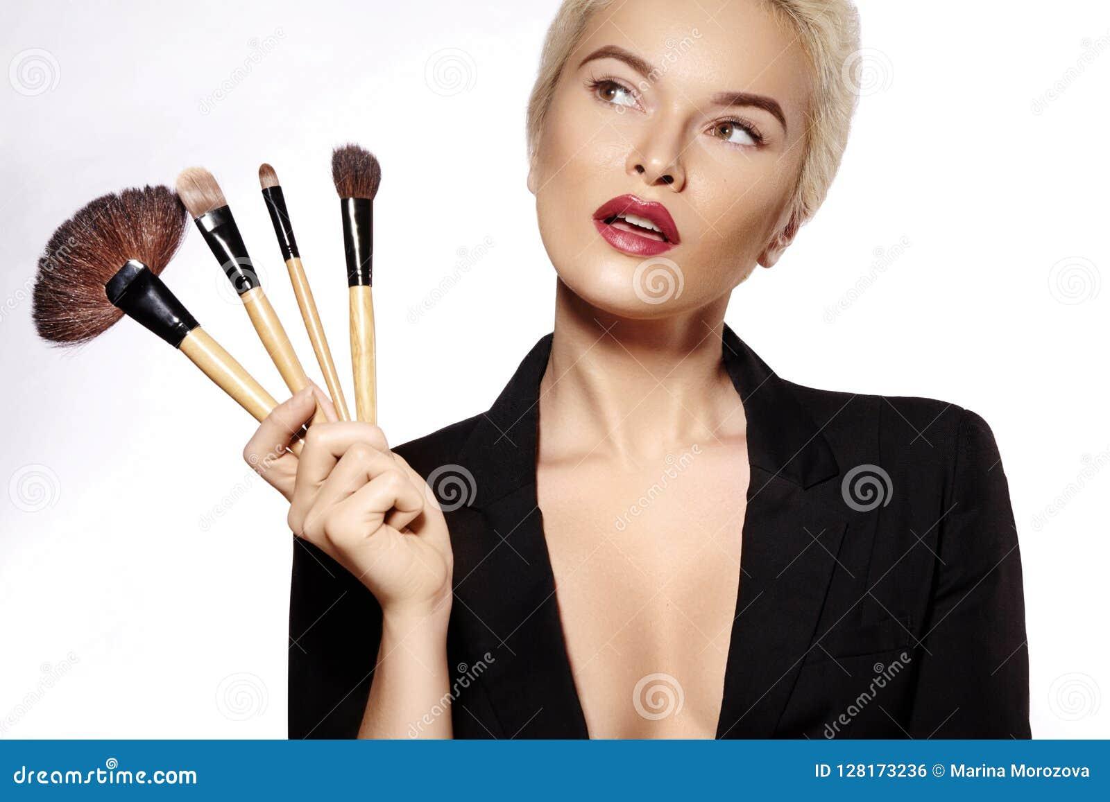 Demande de règlement de beauté Fille avec des balais de renivellement La mode compensent la femme sexy restauration Artiste de ma