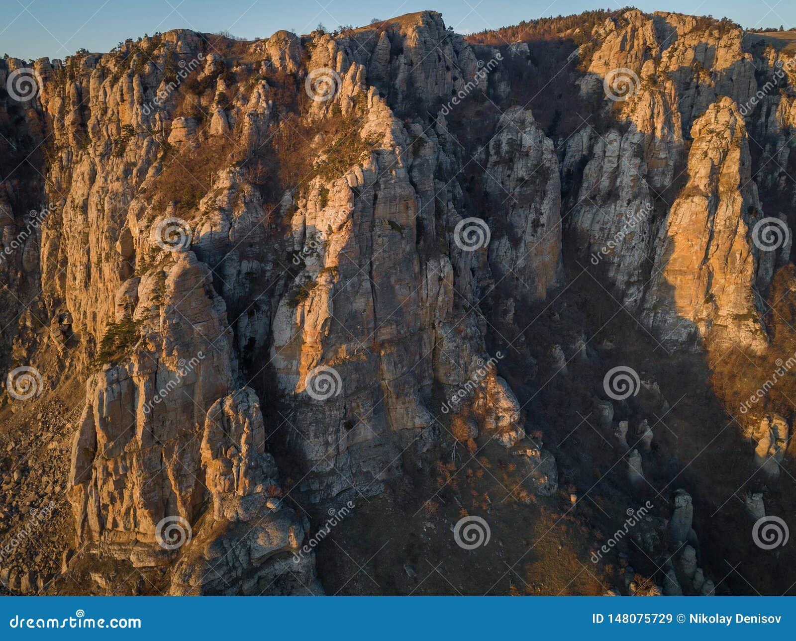 Demerdzhibergketen in de stralen van de het plaatsen zon