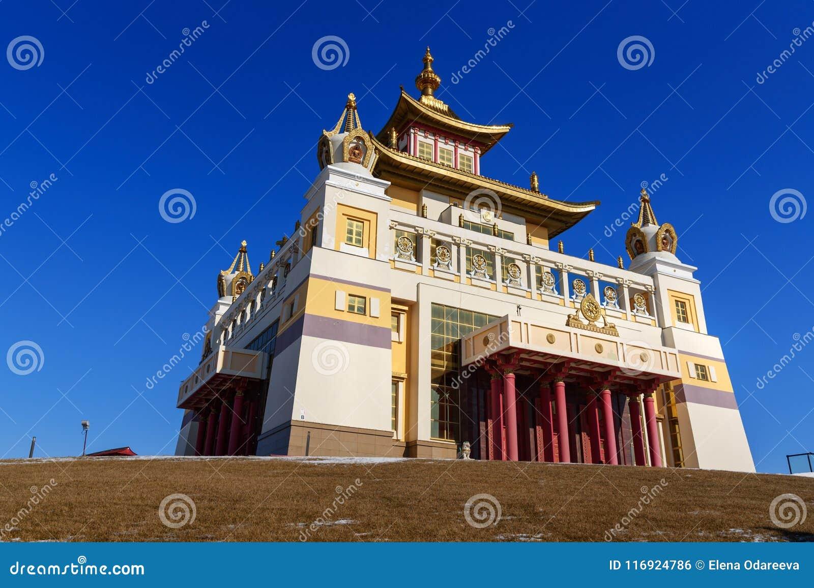 Demeure d or complexe bouddhiste de Bouddha Shakyamuni au printemps Elista Russie