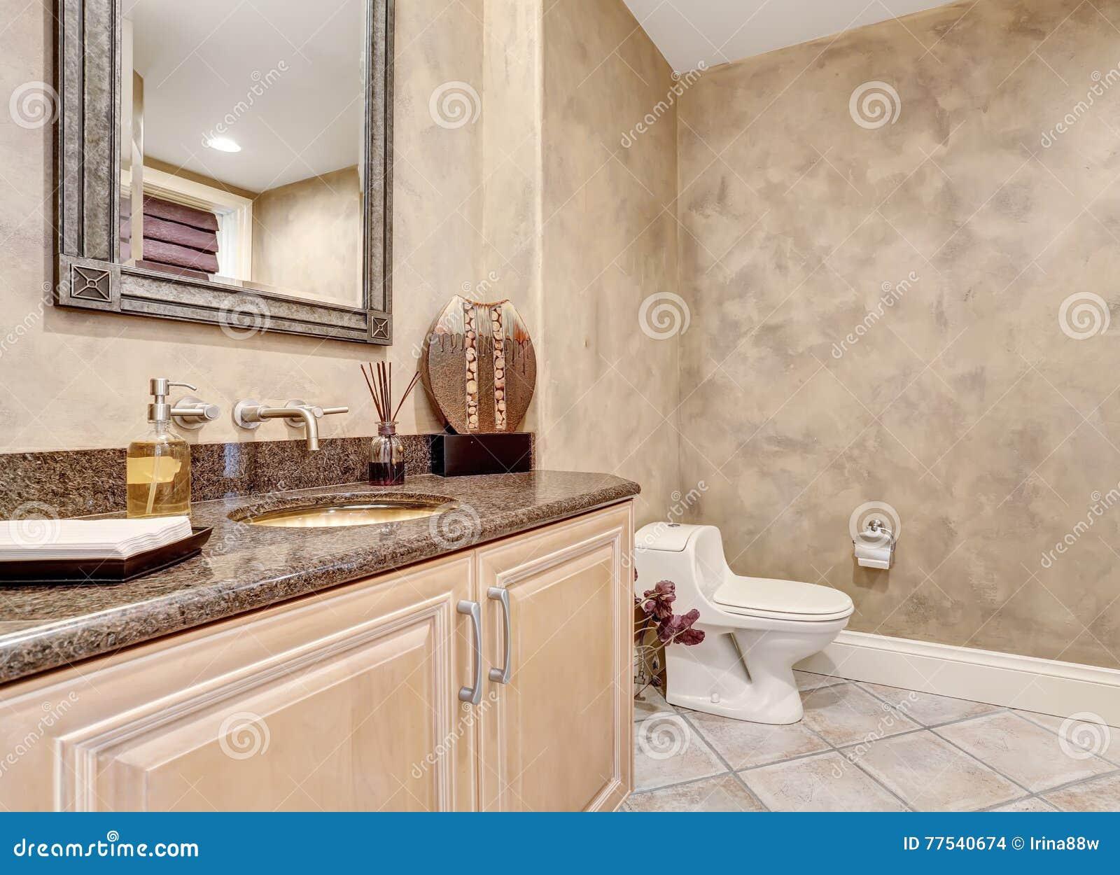 Demi intérieur de luxe de salle de bains avec le coffret moderne ...