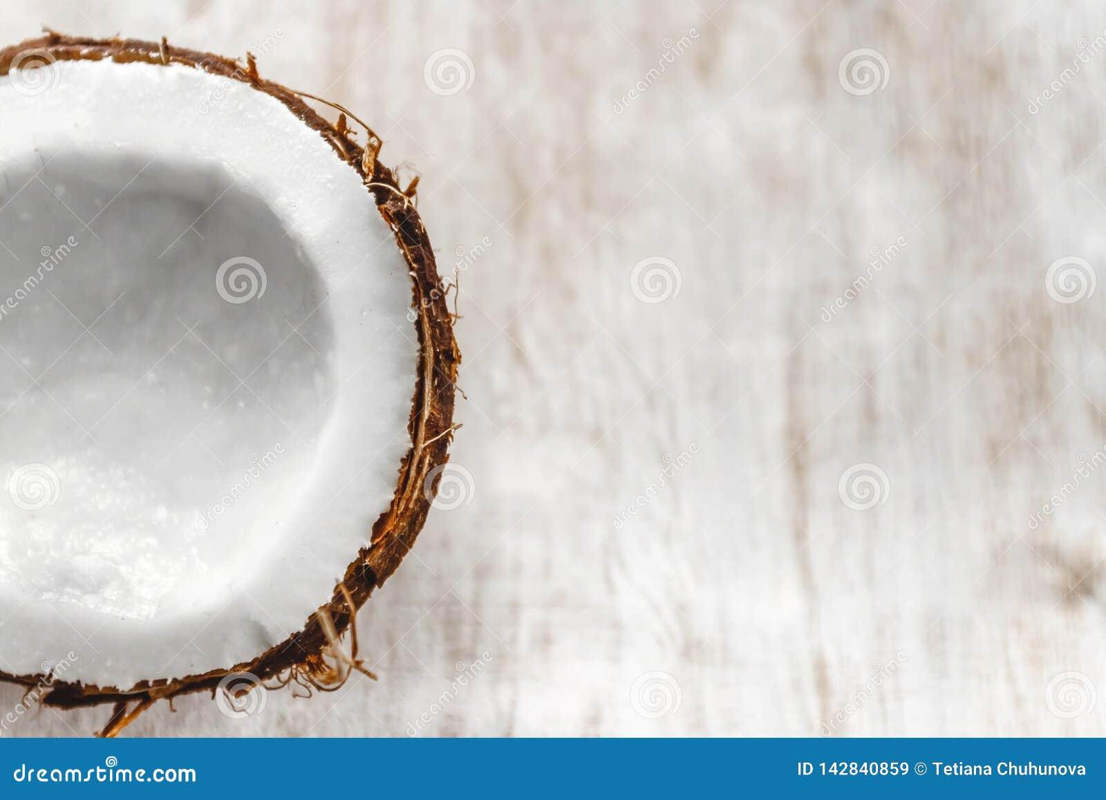 Demi noix de coco sur un fond en bois blanc clair, plan rapproch? Vue sup?rieure
