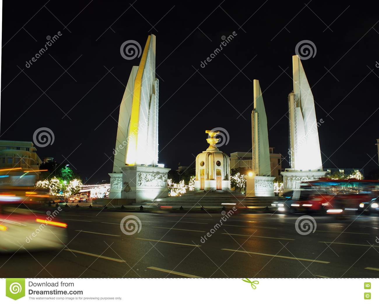 Democracy monument middle of RATCHA DAMNOEN road